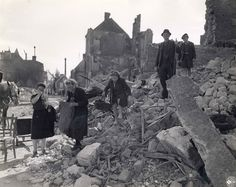 A Isigny-sur-Mer (Calvados), civilians in the rubble recover their belongings. Damaged house by shelling on 8 and 9 June 1944 Place Gambetta in the back street Alfred Pophillat. This is the p012959