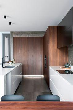 This House Transformed From A Graffiti-Filled Slum To Ultra Minimalist Home Binnenkijker Scandinavisch modern Kitchen Dinning, Family Kitchen, Country Kitchen, Diy Kitchen, Best Kitchen Designs, Modern Kitchen Design, Home Interior, Kitchen Interior, Interior Design