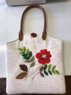 Bolsa de linho misto Embroidery Bags, Hand Embroidery Stitches, Leather Bags Handmade, Handmade Bags, Handbag Patterns, Brazilian Embroidery, Jute Bags, Coin Bag, Patchwork Bags