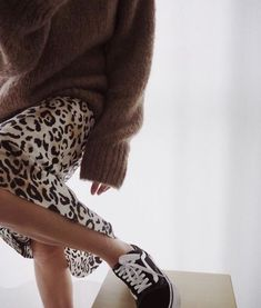 How to integrate a leopard into an outfit - Bar - - Comment intégrer du graou (léopard) dans une tenue How to wear a leopard fluid skirt. All the ideas of outfits on stylee. Fashion Tag, Fashion Mode, Look Fashion, Fashion Outfits, Womens Fashion, Fashion Trends, Fall Fashion, Brown Fashion, Skirt Fashion