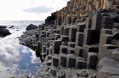 *IRLANDA*  Calçada dos Gigantes. É quase difícil de acreditar que a Calçada dos Gigantes, Patrimônio Mundial da UNESCO, na Irlanda do Norte, não é feita pelo homem. São cerca de 40 mil colunas de basalto formadas pela disjunção prismática de lava basáltica resultante de uma grande erupção vulcânica que aconteceu há cerca de 60 milhões de anos. As colunas podem chegar a 6 metros de altura, cada uma com 38 cm a 51 cm de largura.