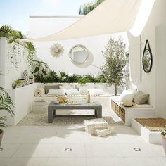 """""""Vous cherchez des idées pour décorer votre cour ou votre patio ? Avec un total look blanc, créez…"""""""