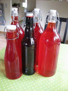 Det er stensikket at jeg hvert eneste år laver jordbær/hyldeblomst saft. Vi Ælsker det stads. Det er også godt som en velkomst eller desser... Iced Tea, Iced Coffee, Danish Food, Cocktails, Drinks, Hot Sauce Bottles, Smoothies, Juice, Food And Drink