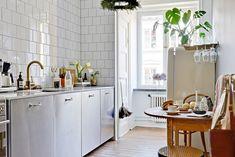 via Johanna Bradford Kitchen Interior, New Kitchen, Kitchen Dining, Kitchen Cabinets, Tiny Apartments, Interior Decorating, Interior Design, Scandinavian Home, Simple House