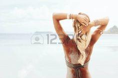 mooie+meisjes%3A+Mooie+bohemian+stijl+en+gelooid+meisje+op+het+strand+in+de+zon