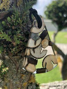 Dieser Harz Holz Anhänger aus verschiedenen Recycling Hölzern ist das perfekte Geschenk für sich selbst oder Ihre lieben.Er ist ein wahrer Eyecatcher und repräsentiert die Schönheit unserer Natur.Feinstes Recycling Holz wurde für diesen Anhänger mit Epoxidharz vereint und in stundenlanger kleinstarbeit bis zu absoluten Klarheit und Reinheit geschliffen und poliert.