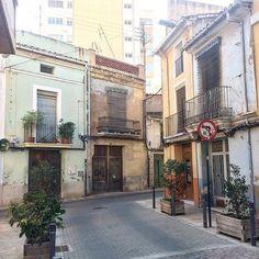 Callejones para perderse, encontrarse, amarse, tocarse, besarse y cantar amores por los balcones. #Love #Castellón #Amor