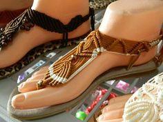 Sandalia oro Crochet Sandals, Crochet Shoes, Strappy Sandals, Gladiator Sandals, Pretty Sandals, Macrame Bag, Bracelet Patterns, Bohemian Jewelry, Flip Flops