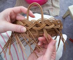 Diy For Teens, Crafts For Teens, Diy Crafts To Sell, Easy Crafts, Bamboo Basket, Wicker Baskets, Basket Willow, Newspaper Basket, Newspaper Crafts