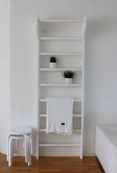 Valkoiset puolapuut pieneen makkariin Scandinavian Design, Kids Bedroom, Mid-century Modern, Bookcase, Mid Century, Shelves, Organization Ideas, Monochrome, Inspiration