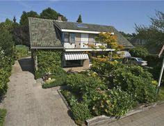 NIEUWLEUSEN, Pr. Beatrixlaan 14.  Grote semi-bungalow met veel kantoor- c.q. praktijkruimte (ca. 125 m²). Grote inpandige bereikbare garage (ca. 75 m²) en extra schuur en tuinhuisje.