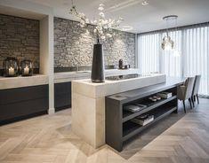 Moderne eiken keuken op maat gemaakt met visgraat houten vloer. www.demulderkeukensopmaat.nl