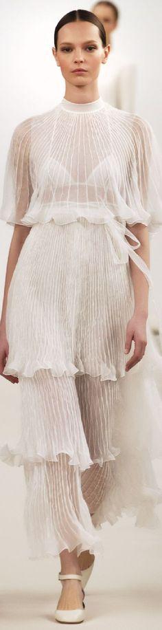 //Valentino Collection Spring 2015 Couture ~The Cut White Fashion, Love Fashion, Fashion Show, Womens Fashion, Fashion Design, Gq Fashion, Valentino Garavani, Valentino Couture, Glamour Moda