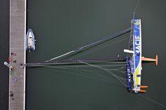 Prenons un peu de hauteur pour apprécier l'immense taille des IMOCA !     Crédit photo : Benoît Stichelbaut (Sea & Co)