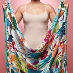 3 super easy, super stylish ways to tie a sarong How to fashion a sarong (or oversized scarf) into a cute poolside number. Sarong Dress, Sarong Wrap, Scarf Dress, Diy Dress, Ways To Wear A Scarf, How To Wear Scarves, Diy Fashion, Ideias Fashion, Womens Fashion