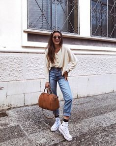 casual outfit, denim, white high top converse, leather bag, button up shirt Looks Con Converse, Outfits With Converse, Look Fashion, Autumn Fashion, Fashion Outfits, Fashion Tips, Fashion Trends, Fashion Hair, Fashion Quotes