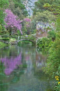 Il giardino di Ninfa (Roma) è un luogo ricco di fascino, archeologico e botanico, legato alla storia della famiglia Caetani che a fine 800 iniziò questa opera