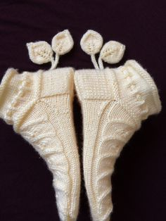 Yapraklı beş şiş patiğim (hand made umutkusum) Baby Cardigan Knitting Pattern, Baby Knitting Patterns, Knitting Socks, Knitting Designs, Knitted Booties, Knitted Slippers, Knitted Hats, Crochet Ripple, Freeform Crochet