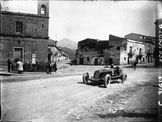 https://upload.wikimedia.org/wikipedia/commons/3/33/Luigi_Fagioli_at_the_1928_Targa_Florio.jpg
