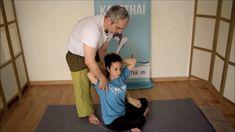 Este movimiento es parecido al del sacacorchos. Al bloquear con el pie y presionar sobre la escapula ayudas al cliente a hacer un giro de la columna sobre el eje axial. Antes de realizar el ejercicio es necesario que compruebes la flexibilidad de cliente para ver hasta donde puedes llegar. Acupressure Therapy, Acupressure Treatment, Thai Yoga Massage, Face Massage, Gym Workout Videos, Gym Workout For Beginners, Physical Therapy Student, Reflexology Massage, Muscle Anatomy