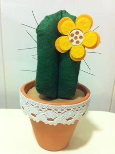 Cactus fieltro con flor