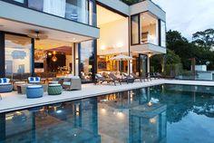 Piscina perfeita com vista para o mar.   https://www.homify.com.br/livros_de_ideias/41180/5-projetos-de-arquitetura-com-piscinas-incriveis