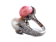 Conch and natural pearl ring Ring size: 54. Ring head size: ca. 3 cm. Weight: ca. 28.0 g. 18 ct white gold.