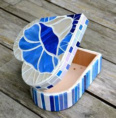 Beautiful heart shaped wooden box covered with a blue and white glass mosaic morning glory, lined with ball chain. The inside of the box remains plain wood. The box closes tightly with tiny magnets in the lid and bottom. Grouted in white and sealed. The box measures 8 by 8 and almost 3,5 high (20 cm x 20 cm and 8 cm high).