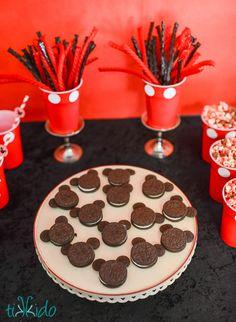 Insanely Easy Mickey Mouse Oreo Cookies Tutorial from Mickey Mouse Desserts, Mickey Mouse Food, Mickey Mouse Birthday Cake, Mickey Mouse Cupcakes, Mickey Cakes, Adult Birthday Cakes, Mickey Mouse Christmas, 3rd Birthday, Birthday Ideas