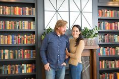 Chip and Joanna help punk rocker Mike Herrera — bassist and front man for the Washington-based indie band MxPx — and his wife Holli, pick out a family-friendly home in Waco then transform it with a stylish update that includes a home studio. Fixer Upper Hgtv, Fixer Upper Tv Show, Fixer Upper Joanna, Fixer Upper House, Joanna Gaines Farmhouse, Joanna Gaines Style, Chip And Joanna Gaines, Chip Gaines, Magnolia Farms