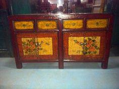 Antica credenza cinese proveniente dalla Mongolia decorata con motivi floreali, inizio '800.  € 2200,00