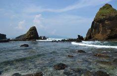 Simon Anon Satria: Sekumpulan Batu Karang yang mempesona di Pantai Tanjung Papuma - Jember, Jawa Timur.