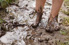 La prima cura per i piedi del bambino consiste nell'assecondare il loro sviluppo fisiologico: LASCIATELI LIBERI DI CORRERE ALL'ARIA SOTTO IL SOLE E SCALZI!!! Consentite loro di camminare e correre a piedi nudi sulla sabbia, sulle pietre, sulla roccia e su ogni tipo di terreno irregolare!  Questa ginnastica naturale migliorerà il loro sviluppo cerebellare, l'equilibrio e il senso di sicurezza.