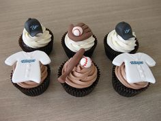 baseball cupcakes. Good idea for ball this spring too bad I'm not talented enuf hehe