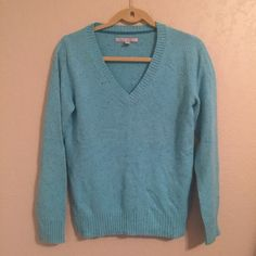 Old Navy sweater Excellent condition. Old Navy Sweaters V-Necks