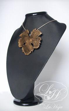 23$ Fig leaf pendant / brooch made of clay, enamel and resin by Joyas LaHoja in Etsy_Colgante / broche de arcilla, esmalte y resina en forma de hoja de parra de Joyas LaHoja €18,00, via Etsy.