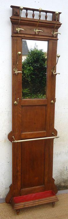 ancien porte manteau et porte parapluie mural en bois pour entrée avec un miroir et quatre patères