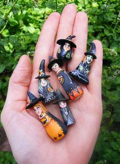 another pinner said: Folk Art Miniature Witches Halloween (banana gourds)? These look like rocks with flat bases added. I say: I used to make little dolls from pebbles when i was a kid. Halloween Miniatures, Halloween Doll, Holidays Halloween, Vintage Halloween, Halloween Crafts, Happy Halloween, Halloween Decorations, Halloween Witches, Halloween Ornaments