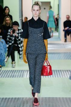 Prada Fall 2015 Ready-to-Wear Collection Photos - Vogue Miuccia Prada, Fashion Show, Fashion Looks, Fashion Design, Milano Fashion Week, Milan Fashion, Fall Winter 2015, Tweed, Ready To Wear