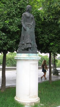 'Carmen' - Estatua en el paseo de Colón de Sevilla - la gitana cigarrera, personaje central de la novela de Próspero Merimée.