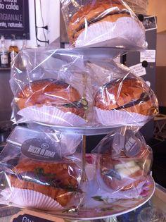 Pronti da portare via o da gustare seduti comodamente nei nostri tavolini all'aperto: i #panini gourmet sono la soluzione perfetta per un #pranzo veloce senza rinunciare al #gusto!