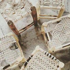 Trendalarm: Macramé Décor ist zurück und besser als je zuvor - DIY Makramee - Macrame Macrame Art, Macrame Projects, Diy Projects, Macrame Modern, Macrame Knots, 70s Decor, Home Decor, Macrame Chairs, Macrame Patterns