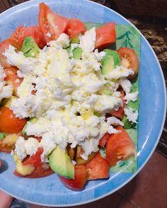 S a l a d    Mozarella tomate aguacate aceite de oliva y sal. Mi ensalada preferida del verano!  Buenas tardes!