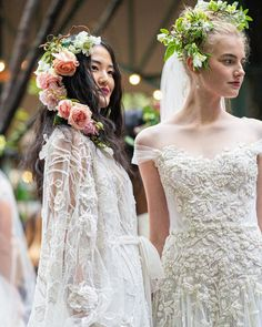 marchesafashion Bridal beauties at the Fall 2020 Marchesa Bridal presentation. Bridal Show, Bridal Style, Red Wedding Dresses, Wedding Gowns, Bridal Beauty, Bridal Hair, Marchesa Bridal, Marriage Dress, Romantic Updo