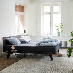 De Auping Original is een compleet bed met een functioneel, krachtig en kwalitatief ontwerp. De perfecte basis in een slaapkamer waar andere meubels met zorg gekozen zijn. Of het nu geplaatst wordt in een drukke, design of klassieke slaapkamer. De Original is de perfecte basis en kan altijd goed gecombineerd worden.