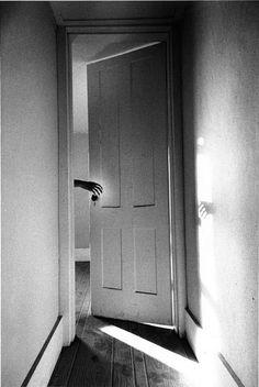 Ralph Gibson 1970Ralph Gibson, Untitled Le cliché le plus fameux de la série The Somnambulist, avec une aura de soleil autour de la main