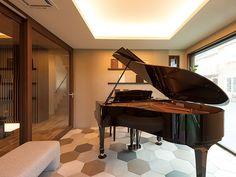 【公式:ダイワハウスの住宅商品xevoΣ(ジーヴォシグマ)のサイト】暮らしがイメージできるxevoΣの外観・内観をご紹介しています。 Grand Piano Room, Piano Living Rooms, Baby Grand Pianos, Garage Renovation, Home Studio, Home Deco, Modern Interior, Luxury Homes, New Homes