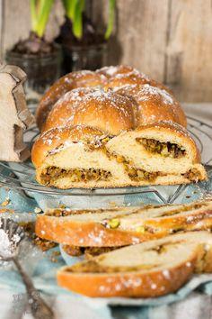 Hefezopf alias Osterkranz mit Pistazien / Easter bread plait with pistachio