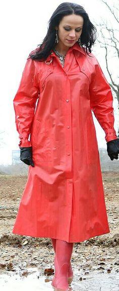 Schlankmachender roter PVC Mantel
