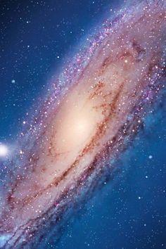 """[Andrómeda: principal galaxia vecina más cercana a nuestra """"Vía Láctea"""". Debe iniciar una colisión con nuestra Galaxia Vía Láctea en aproximadamente 3,75 mil millones de años. Andrómeda se encuentra a 2,5 millones de años luz de la Tierra.]"""